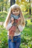 美丽的矮小的年轻婴孩在围巾站立 可爱的子项 免版税库存照片