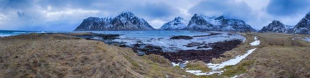 美丽的石Haukland Utaklev海滩全景在Lofoten海岛的 免版税库存图片