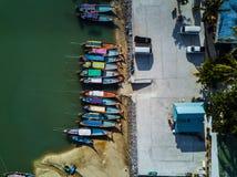 美丽的码头的顶视图空中射击有五颜六色的小船的在海 图库摄影