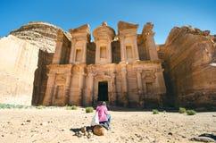 美丽的砂岩峡谷在约旦- Petra 新的世界七奇迹叫Petra 自然本底 旅游业地方 免版税库存图片