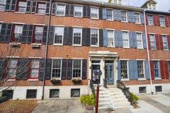 美丽的砖瓦房在历史的区费城-费城-宾夕法尼亚- 2017年4月6日 库存照片