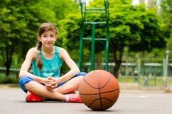 美丽的确信的年轻女性蓝球运动员 库存照片