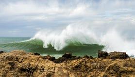 美丽的碎波在一个大风天 免版税库存照片