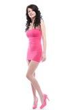 美丽的礼服桃红色摆在的妇女年轻人 免版税库存照片