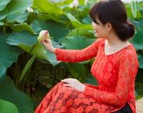 美丽的礼服的女孩在莲花湖 库存图片