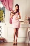 美丽的礼服粉红色妇女年轻人 时装模特儿射击 库存照片