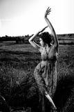 美丽的礼服领域女孩 免版税图库摄影
