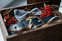 美丽的礼物、传送带和蝶形领结 免版税库存照片