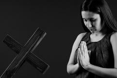 美丽的祈祷的妇女年轻人 免版税图库摄影