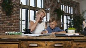美丽的祖母教他可爱的青少年的孙子写老师在学校要求的家庭作业 ??  影视素材