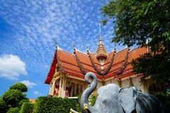 美丽的神圣的红色屋顶和金黄尖顶装饰著名佛教寺庙主要大厅有蓝天和白色云彩背景的 库存照片