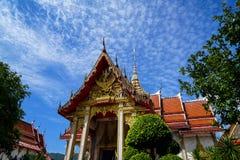 美丽的神圣的红色屋顶和金黄尖顶装饰著名佛教寺庙风景主要大厅与蓝天和白色云彩的 免版税库存照片