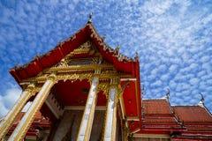 美丽的神圣的红色著名佛教寺庙的屋顶主要大厅装饰品有蓝天背景, Wat查龙寺庙 免版税库存图片
