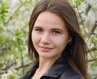 美丽的神仙的女孩在一个开花的李子庭院里 一个女孩的画象白花背景的 免版税库存照片