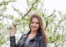 美丽的神仙的女孩在一个开花的李子庭院里 一个女孩的画象白花背景的 免版税图库摄影