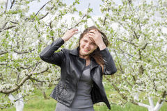 美丽的神仙的女孩在一个开花的李子庭院里 一个女孩的画象白花背景的 库存图片