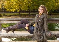美丽的秋天公园妇女年轻人 库存图片