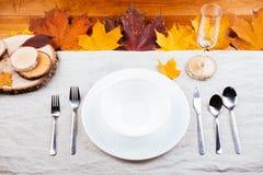 美丽的秋天装饰和利器顶视图  免版税库存照片