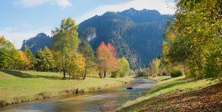 美丽的秋季河风景oberammergau 免版税库存图片