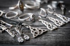 美丽的种族斯堪的纳维亚凯尔特人Claddagh银首饰项链,耳环,镯子 免版税库存图片