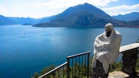 美丽的科莫湖由高山包围在意大利 免版税库存照片