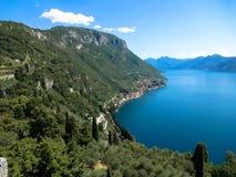 美丽的科莫湖由高山包围在意大利 免版税库存图片