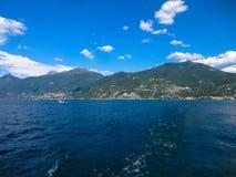 美丽的科莫湖由高山包围在意大利 免版税图库摄影