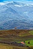 美丽的积雪覆盖的喀尔巴阡山脉在晚秋天 免版税库存照片