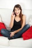 美丽的移动电话告诉的妇女年轻人 图库摄影