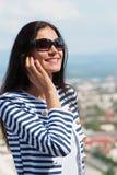 美丽的移动电话联系的妇女年轻人 免版税库存照片
