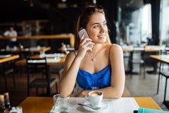 美丽的移动电话联系的妇女 免版税库存照片