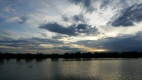 美丽的移动的云彩和日落在湖- Timelapse 4k 股票录像