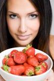 美丽的稀薄的浅黑肤色的男人用草莓。 库存照片