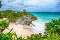 美丽的空的加勒比海滩在Tulum 库存图片