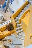 美丽的空的santorini楼梯 免版税库存照片