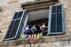 美丽的窗口在老镇杜布罗夫尼克,克罗地亚 免版税图库摄影