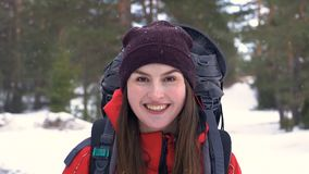 美丽的笑的旅游画象我na冬天森林HD 影视素材