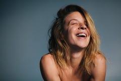 美丽的笑的纵向妇女年轻人 免版税库存图片