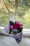 美丽的精美花束牡丹,郁金香特写镜头  图库摄影