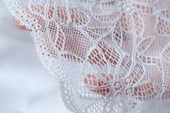 美丽的精美透雕细工白色鞋带在手中 库存照片