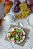 美丽的素食沙拉用山羊乳干酪和无花果 免版税库存照片