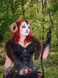 美丽的红发在矮子幻想的妇女佩带的公羊垫铁 图库摄影