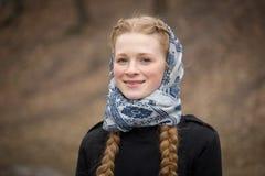 美丽的红发女孩大画象围巾的 库存图片