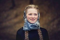 美丽的红发女孩大画象围巾的 图库摄影
