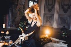 年轻美丽的红发女孩画象一个哥特式巫婆的图象的在万圣夜 图库摄影