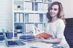 美丽的红发女实业家在办公室,城市 免版税库存照片
