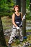 美丽的红发妇女攀岩运动员画象  免版税库存图片