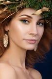 年轻美丽的红发妇女画象有firry花圈的 免版税库存图片
