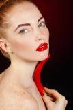 美丽的红发妇女画象用炽热辣卡宴辣椒 图库摄影