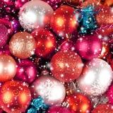 美丽的红色和银色圣诞节球 免版税库存照片